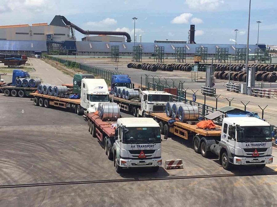 Đoàn xe nối đuôi nhau đưa hàng rời cảng